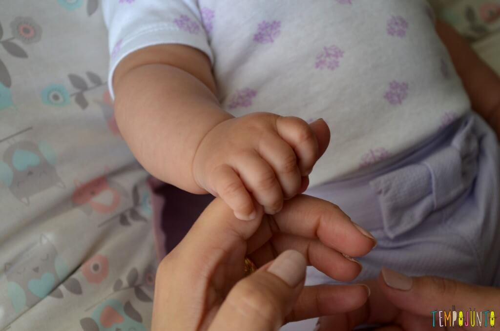 Brincadeira para fortalecer a pegada do recem-nascido - close maozinha 1