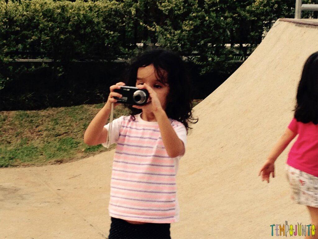 Brincar com seus filhos de fotografar mundo - sofia com camera