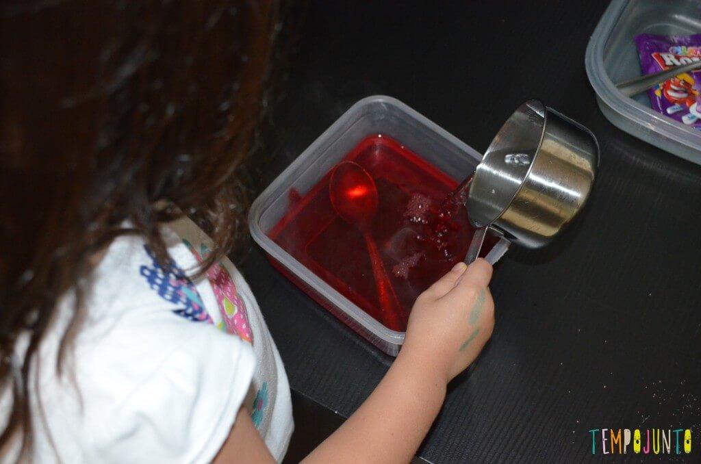 Brincar de cozinhar gelatina é simples e delicioso - despejando agua fria