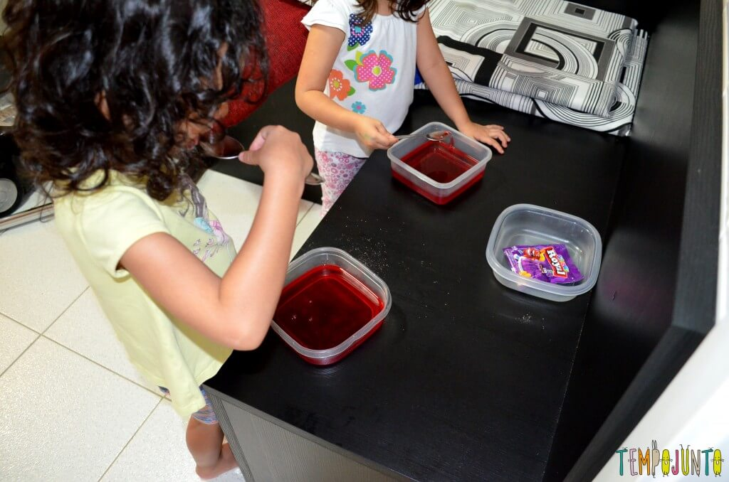 Brincar de cozinhar gelatina é simples e delicioso - provando a gelatina