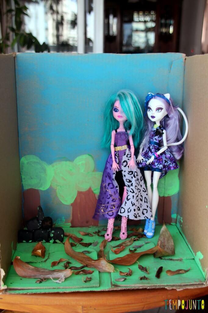 Como fazer um cenário de papelão para a brincadeira de imaginação - cenario pronto com as bonecas