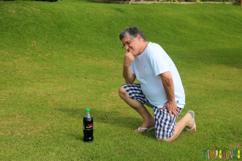 Duas maneiras de fazer a brincadeira com Mentos e Coca-Cola - cobaia