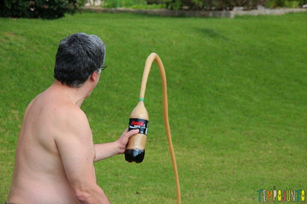 Duas maneiras de fazer a brincadeira com Mentos e Coca-Cola - coca jato pequeno