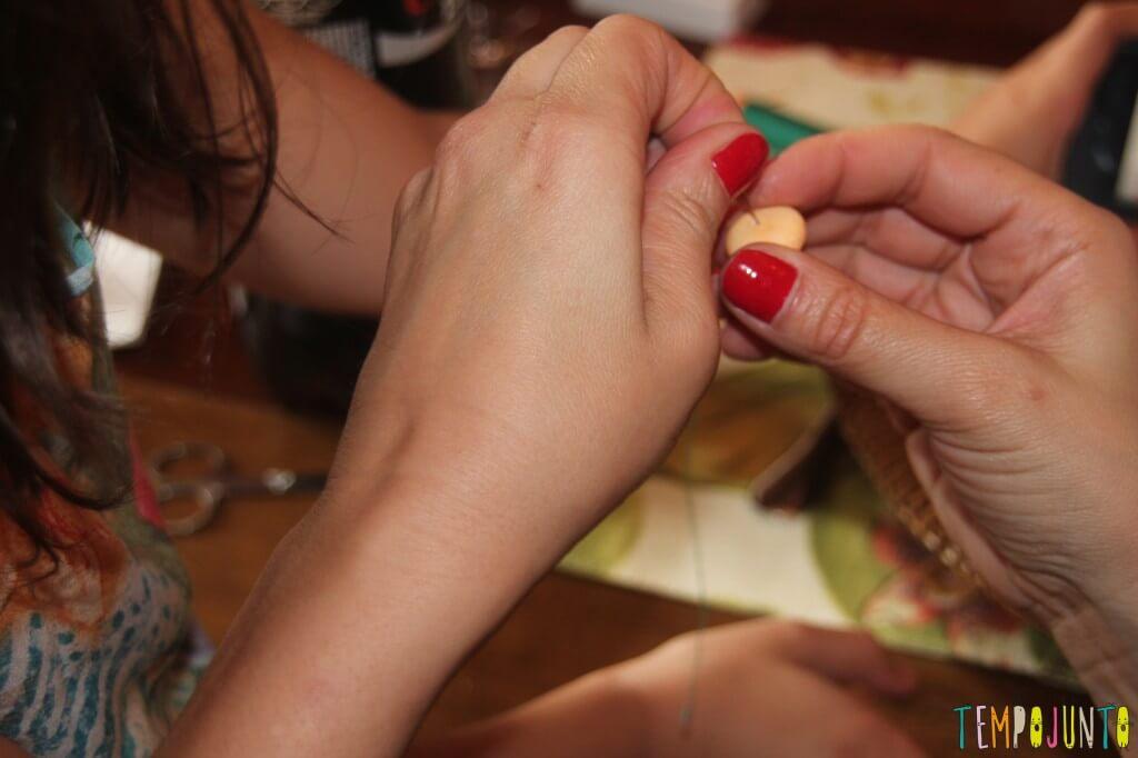 Duas maneiras de fazer a brincadeira com Mentos e Coca-Cola - passando agulha no mentos