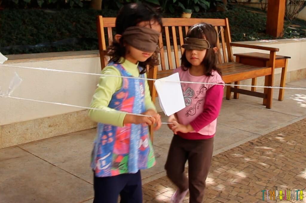 Mais três caçadas ao tesouro com crianças pequenas - meninas com a venda