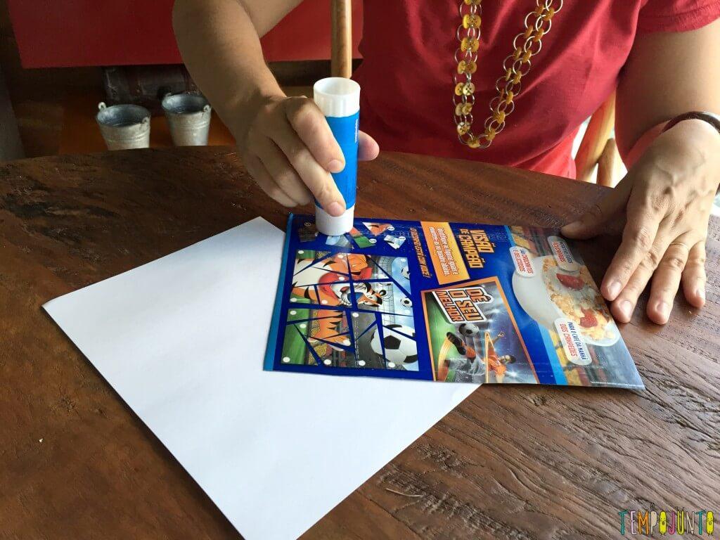 Presente artesanal para o Dia dos Professores - colando o papel