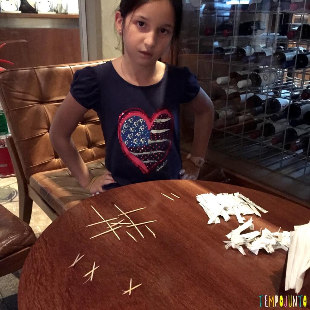 10 ideias de brincadeiras para fazer no restaurante - jogo da velha de palito