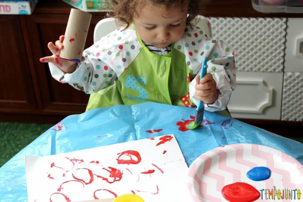 Atividade de artes para crianças pequenas - gabi com o carimbo e pincel