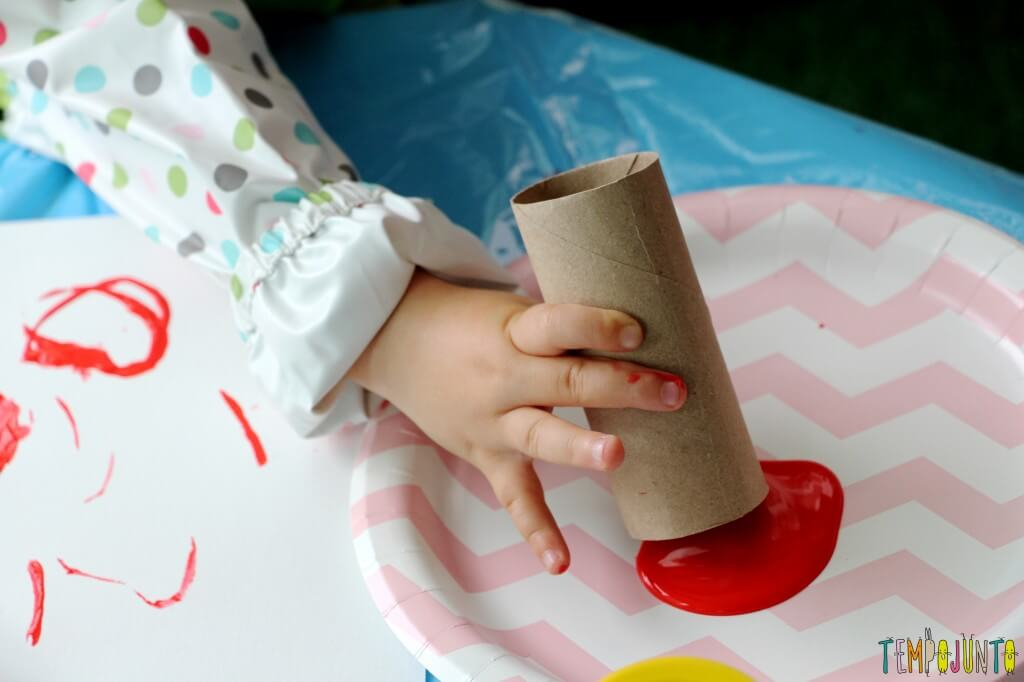 Atividade de artes para crianças pequenas - gabi mergulhando o rolo na tinta