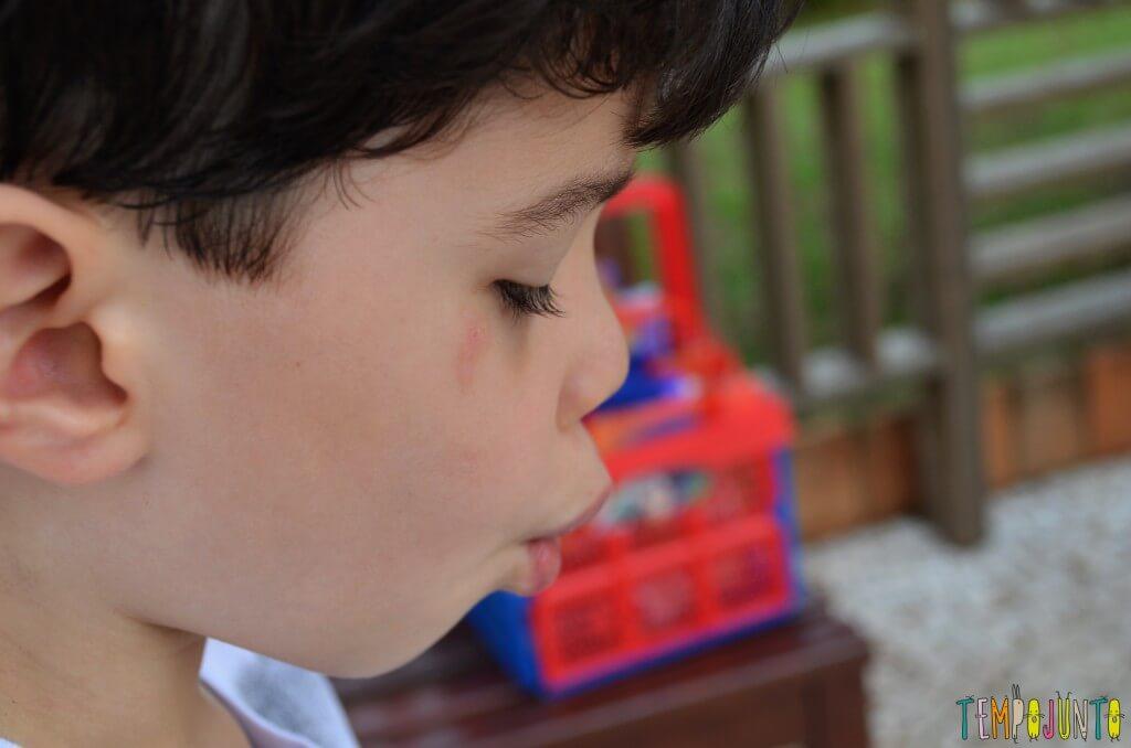 brincar com seu filho para aprender novas palavras - henrique fazendo bico