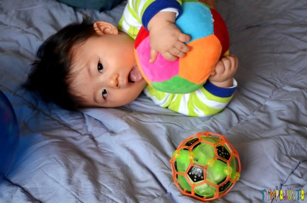 Como exercitar o bebê brincando com diferentes tipos de bolas - felipe agarrando a bola