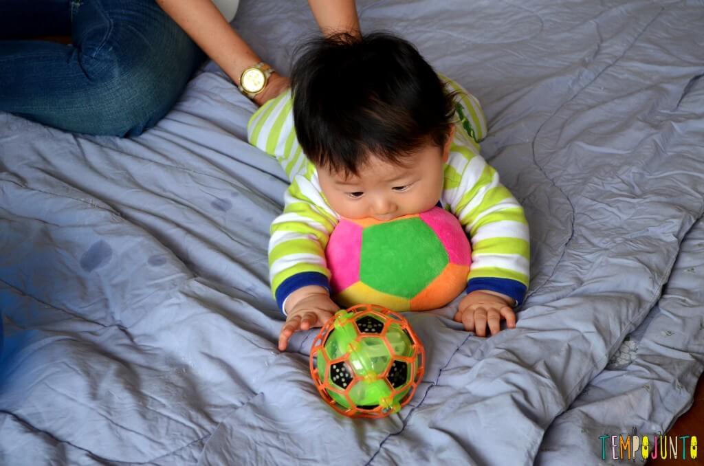 Como exercitar o bebê brincando com diferentes tipos de bolas - felipe com as bolas de pano e vazada