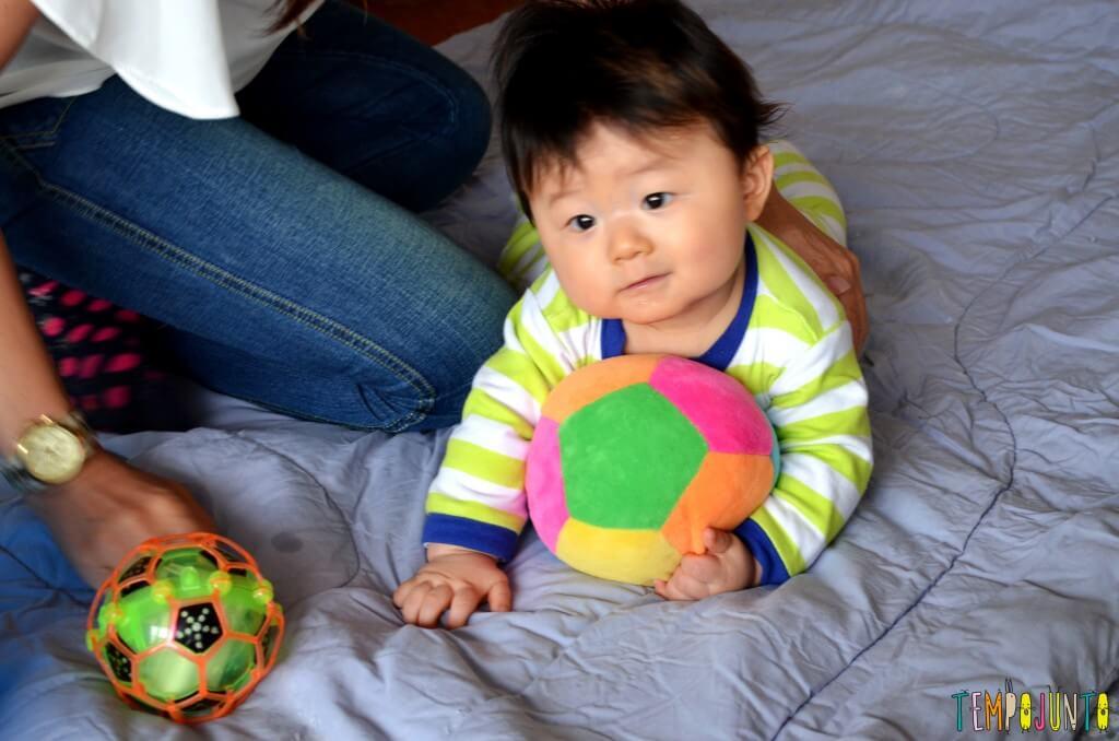 Como exercitar o bebê brincando com diferentes tipos de bolas - felipe de bruços com bola de pano