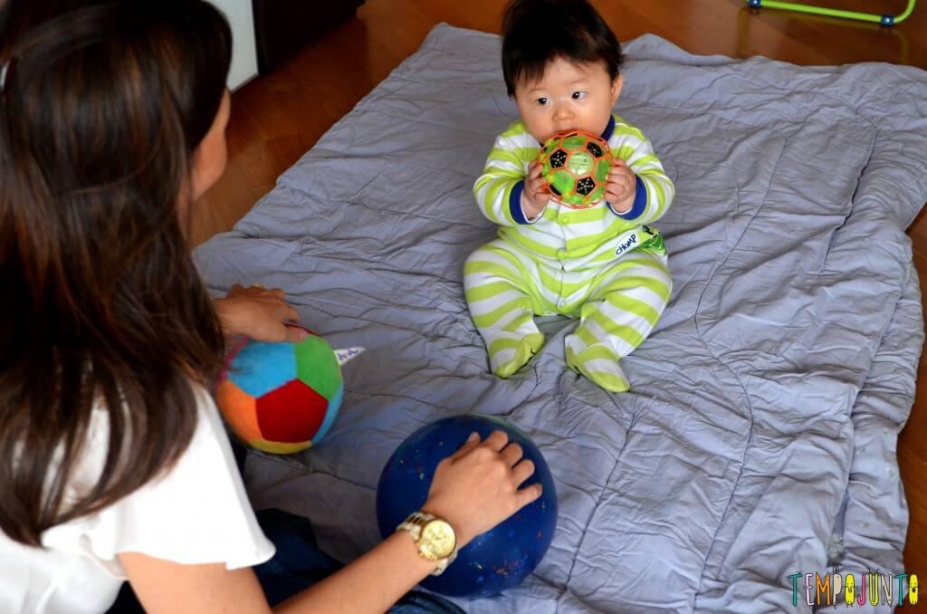 Como exercitar o bebê brincando com diferentes tipos de bolas - felipe explorando a bola vazada