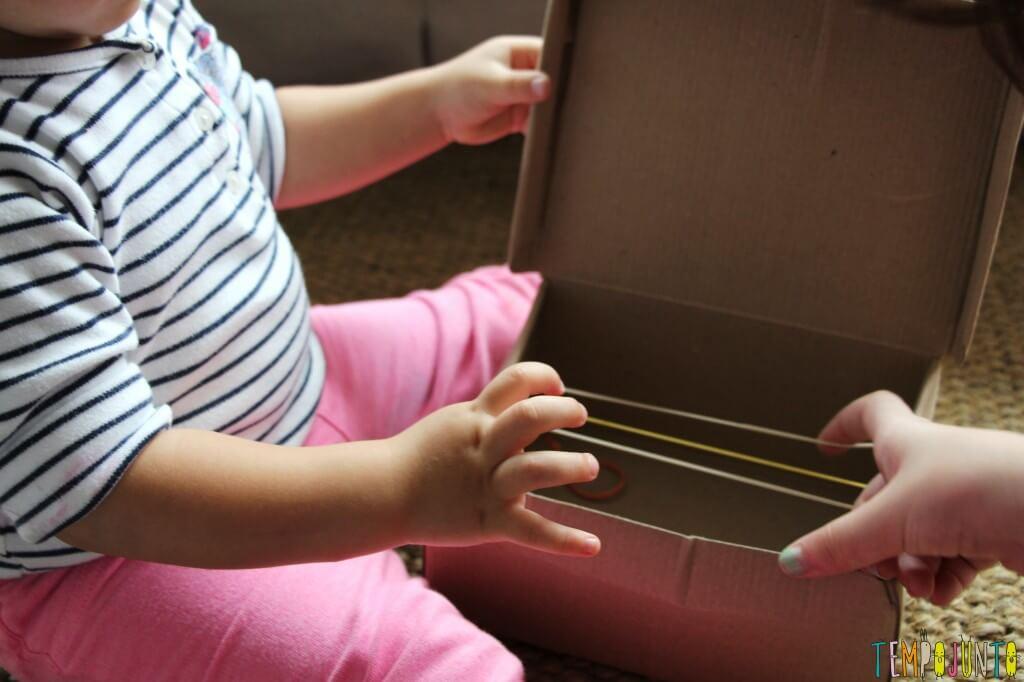Como fazer um instrumento musical caseiro para os pequenos - carol chegando na brincadeira