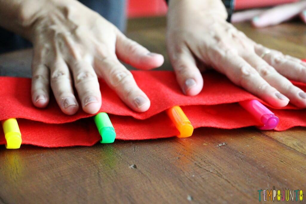 Dica de presente para a professora - terceiro passo dobrar o feltro e colar