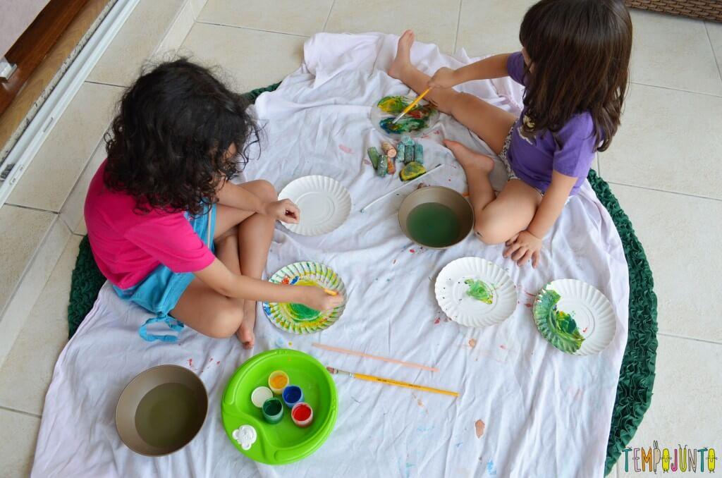 Lembrança de Natal para fazer com as crianças - meninas pintando