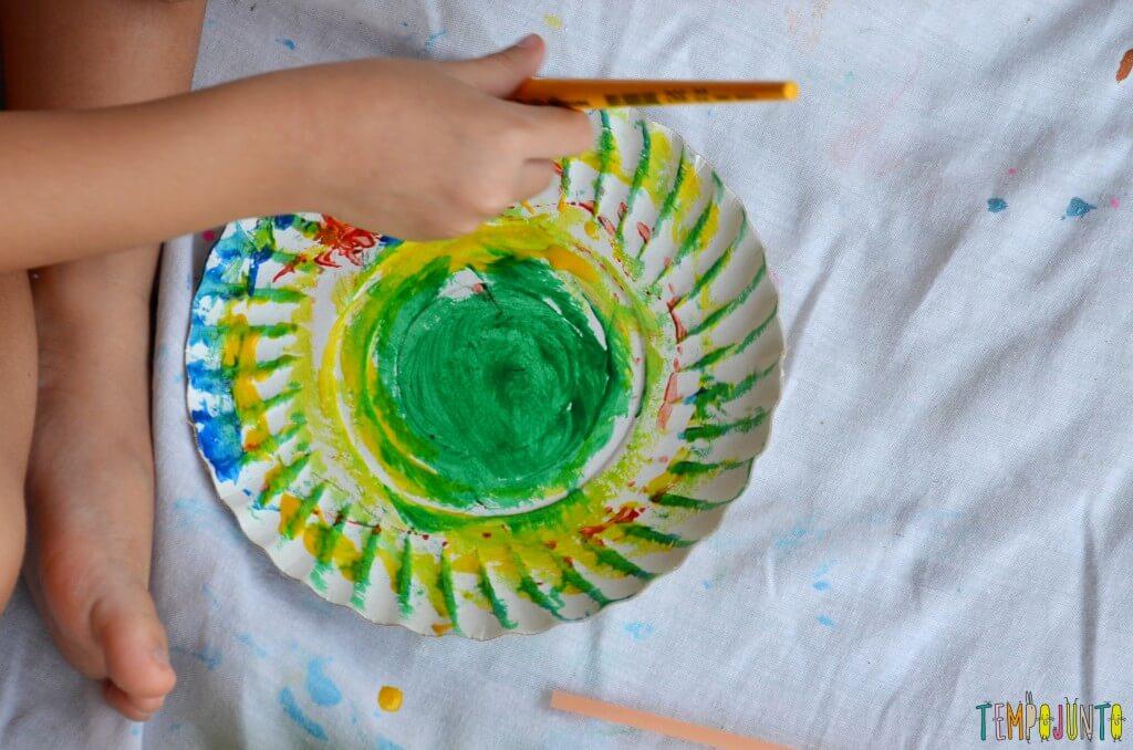 Lembrança de Natal para fazer com as crianças - pintura prato com pincel