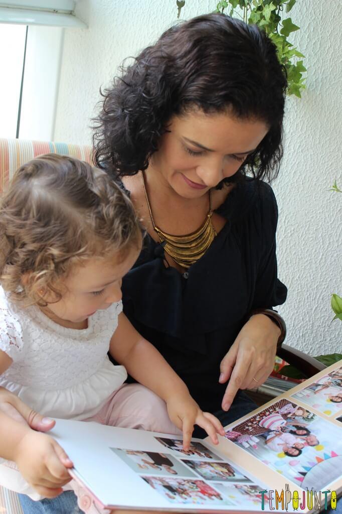 Quando as fotos da família viram brincadeira para bebês - gabi apontando pro album