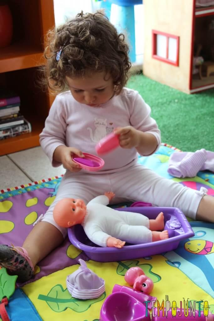 Quando começa a brincadeira de faz de conta - gabi dando banho na boneca