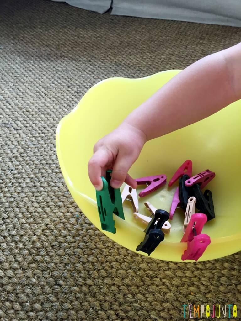 Brincadeira simples com materiais da casa - gabi colocando e tirando os pregadores