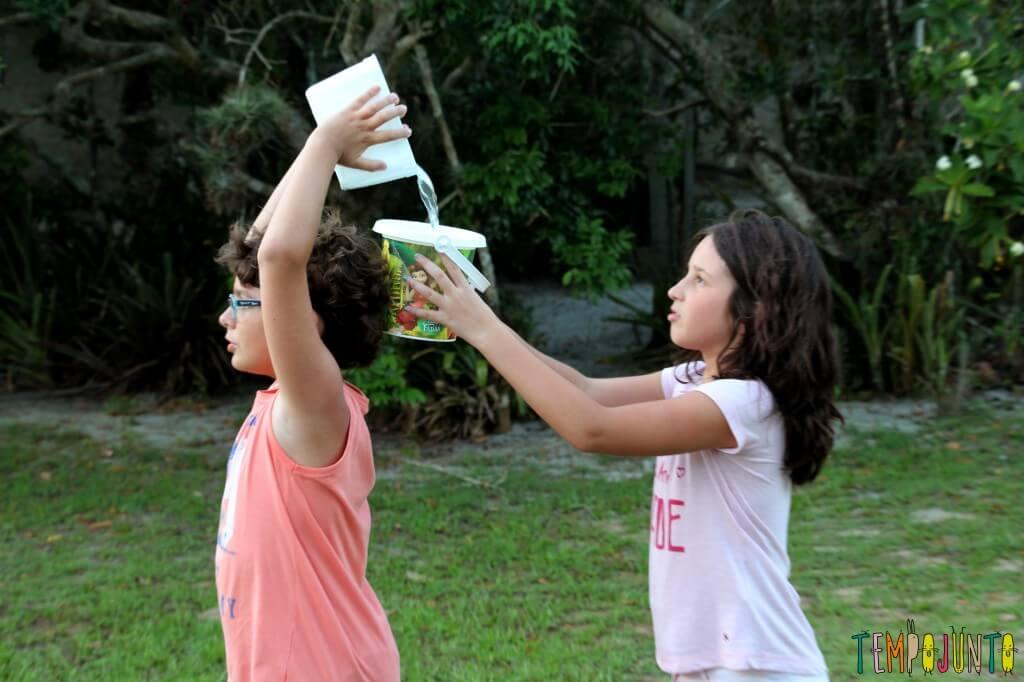 20 Brincadeiras refrescantes para um dia quente - passe a agua detalhe da passagem