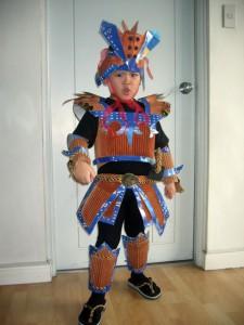 20 ideias de fantasias simples e baratas para o carnaval - samurai de material reciclado