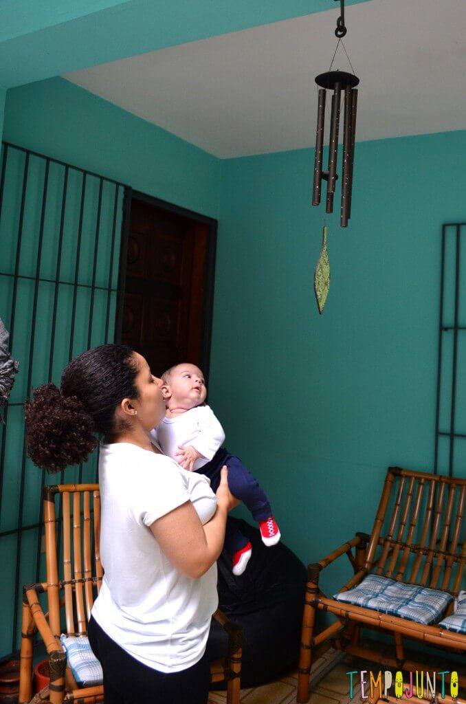 Brincadeiras de sons com bebês recém-nascidos - bernardo olhando para o carrilhao