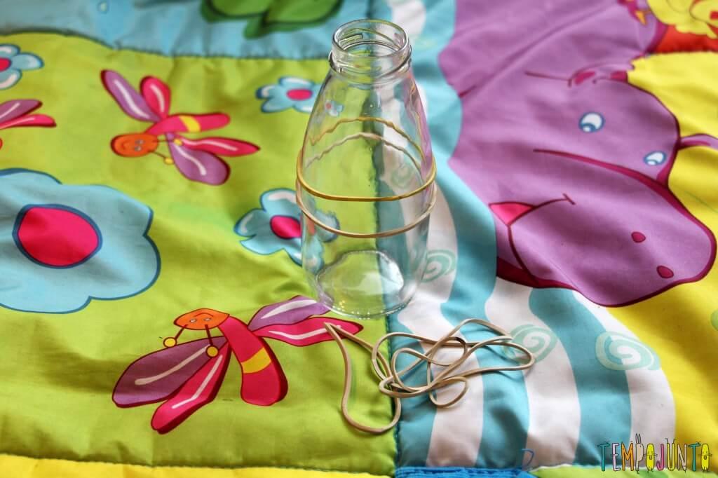 Como estimular a coordenação motora dos bebês - elasticos na garrafa estreita