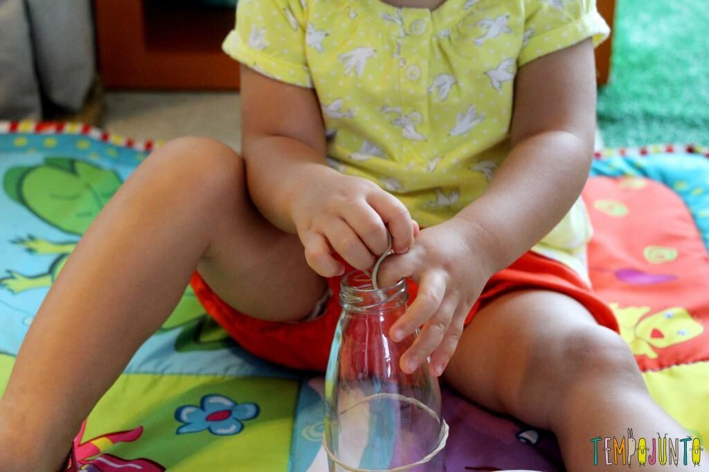 Como estimular a coordenação motora dos bebês - gabi descobrido novos jeitos de colocar o elastico