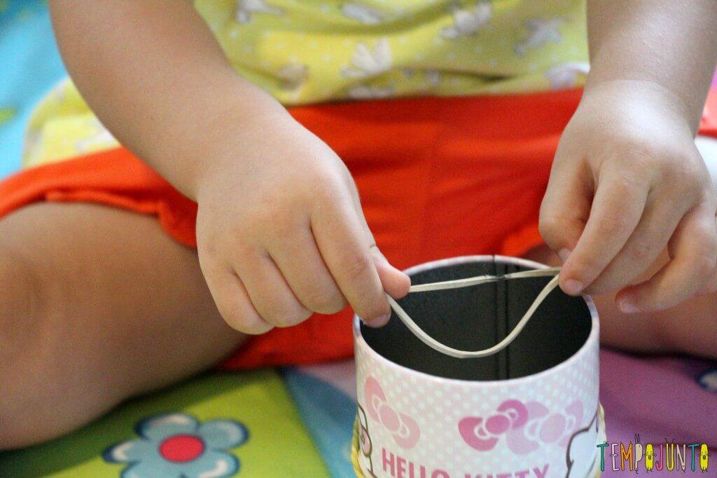 Como estimular a coordenação motora dos bebês - gabi descobrinco o elastico detalhe