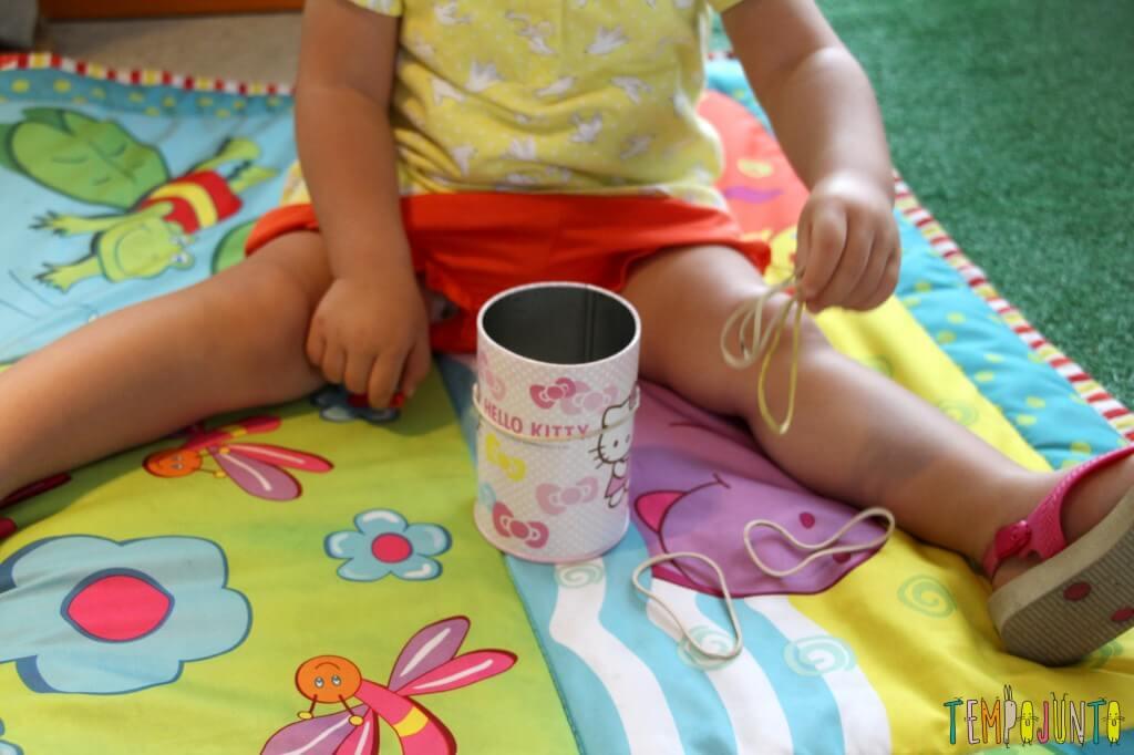 Como estimular a coordenação motora dos bebês - gabi tentando pegar o elastico