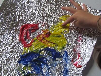 10 ideias criativas com papel alumínio - pintando no papel enrugado com o dedo