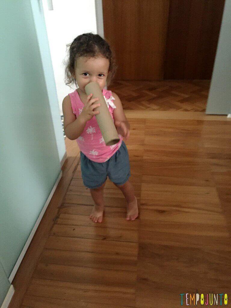 3 brincadeiras simples para crianças pequenas - gabi com corneta de rolo de papel