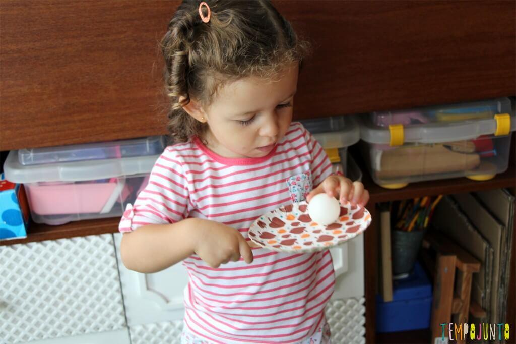 3 brincadeiras simples para crianças pequenas - gabi com raquete de papel