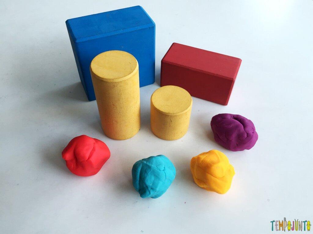 Brincadeira para crianças de 2 anos - massinha e blocos