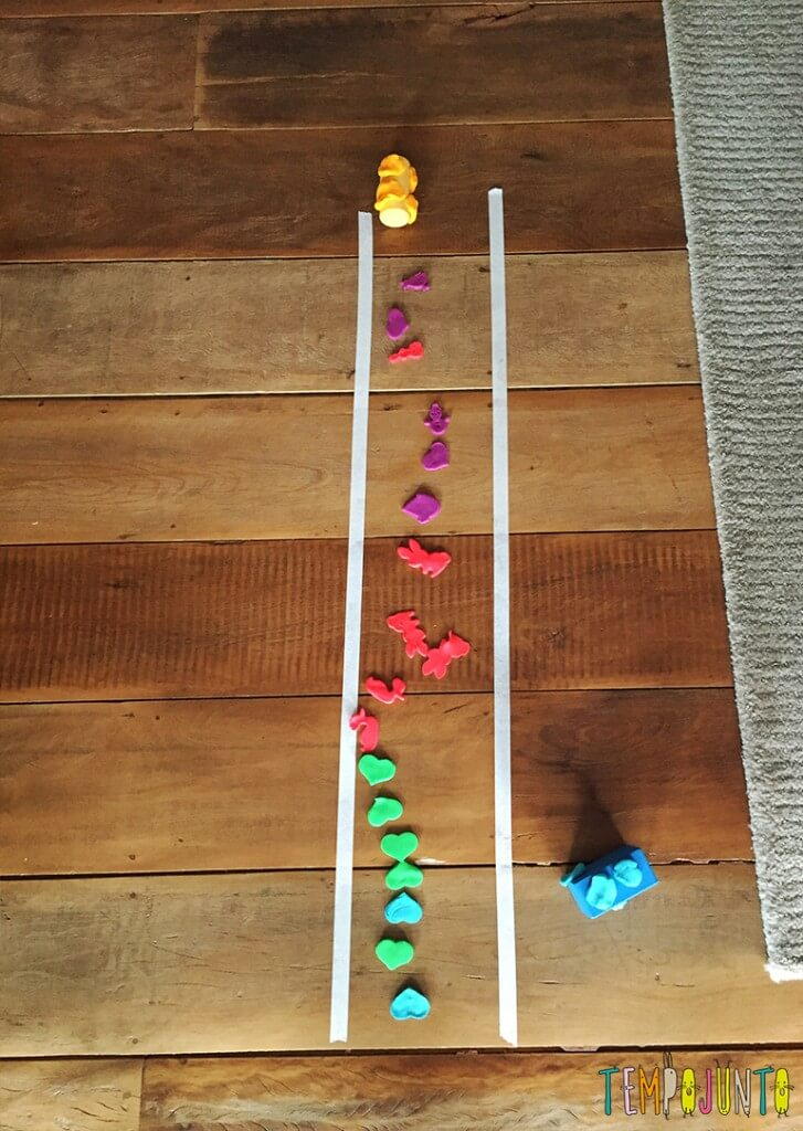Brincadeira para crianças de 2 anos - pista com carrinhos e formas