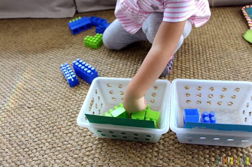 Brincadeiras para ensinar as cores - gabi colocando o lego no cesto