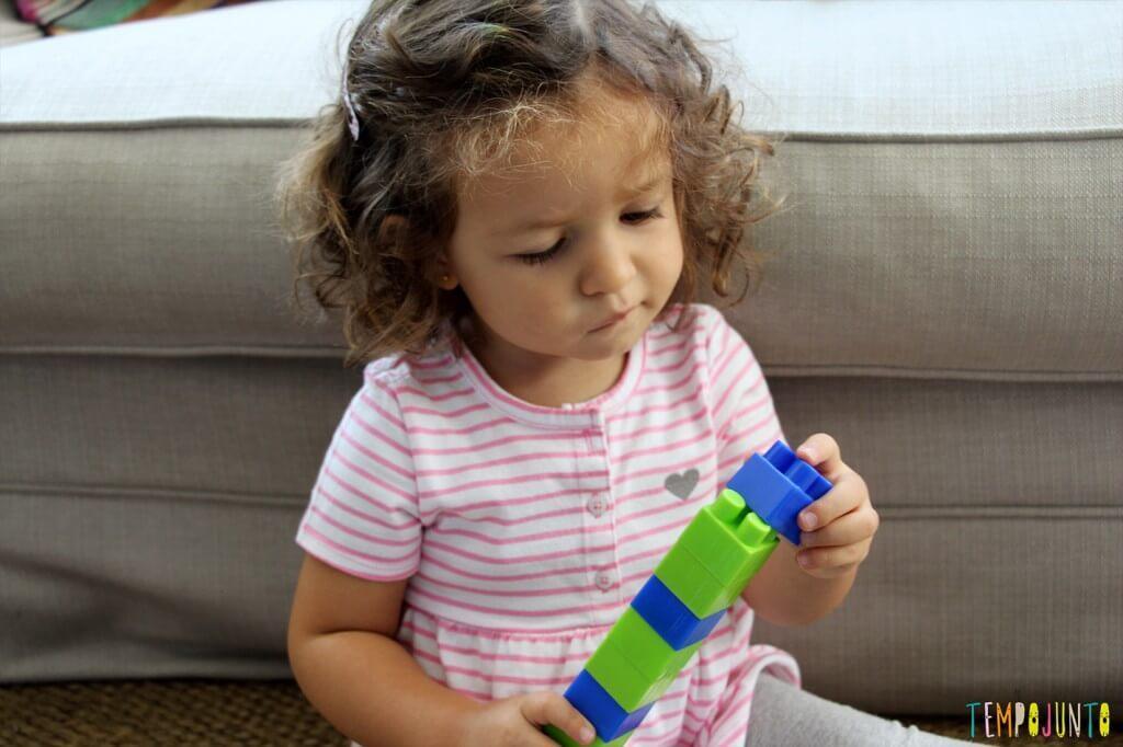 Brincadeiras para ensinar as cores - gabi montando a torre