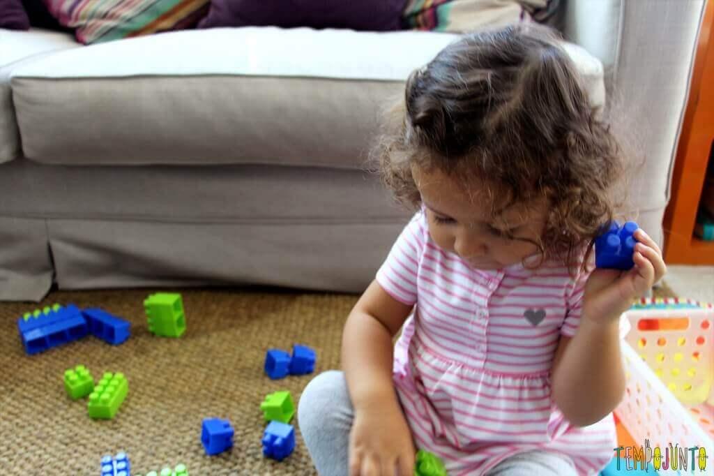 Brincadeiras para ensinar as cores - gabi separando as pecas