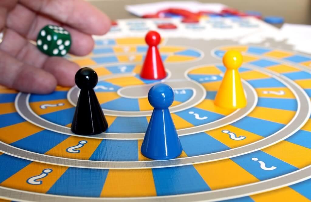 Brincadeiras que ensinam as crianças a terem paciência - jogo de tabuleiro