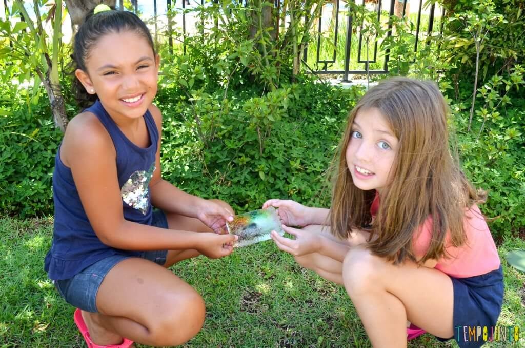 Brincadeiras que estimular a curiosidade dos jovens cientistas - pintura no gelo meninas carregando o gelo