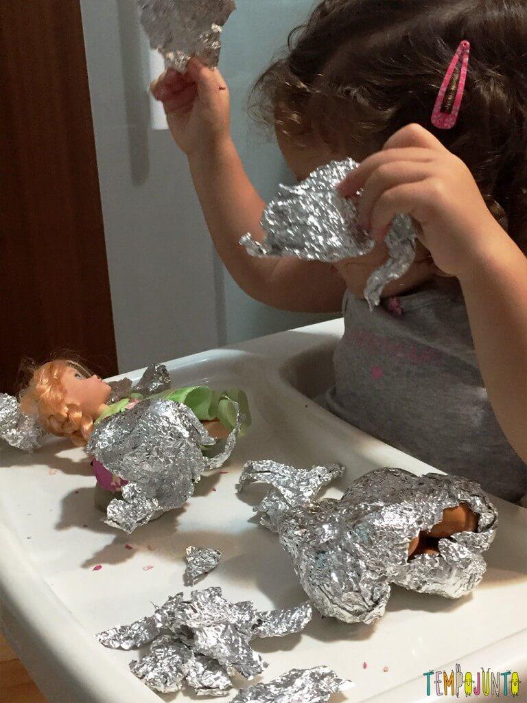 Como estimular a concentração dos filhos - gabi abrindo os brinquedos de novo