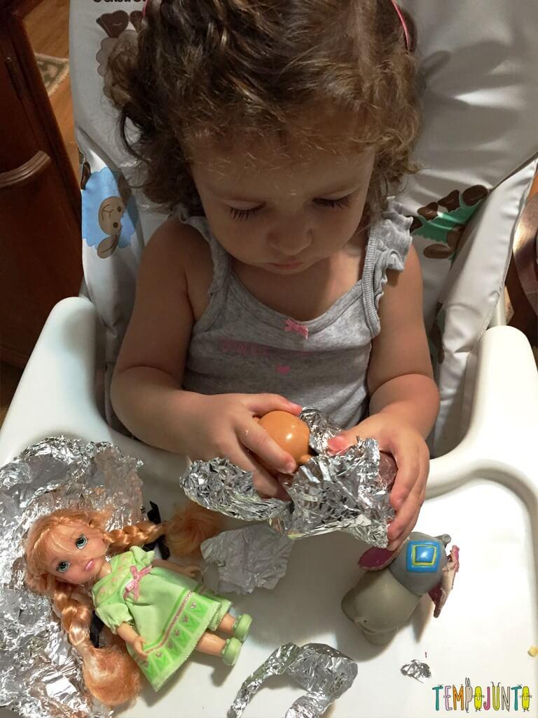 Como estimular a concentração dos filhos - gabi abrindo outros brinquedos