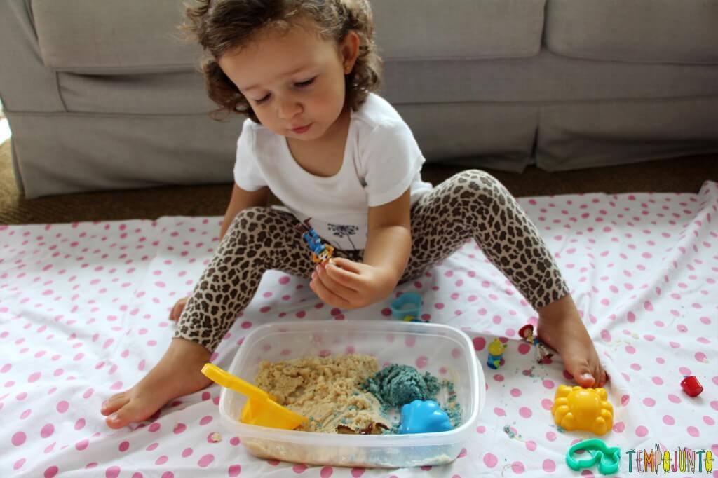 Como fazer areia caseira - gabi brincando com o boneco