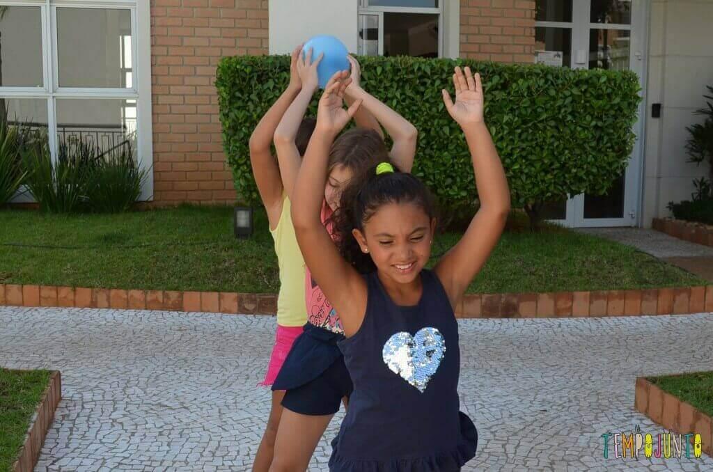 Passa Bexiga para estimular a coordenação - passando a bola por cima da cabeça