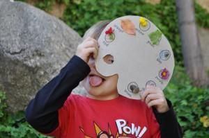 10 ideias de brincadeiras coloridas - caça ao tesouro das cores
