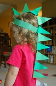 10 ideias de brincadeiras com dinossauros - chapeu de dinossauro