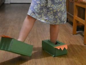 10 ideias de brincadeiras com dinossauros - pés de Dinossauro