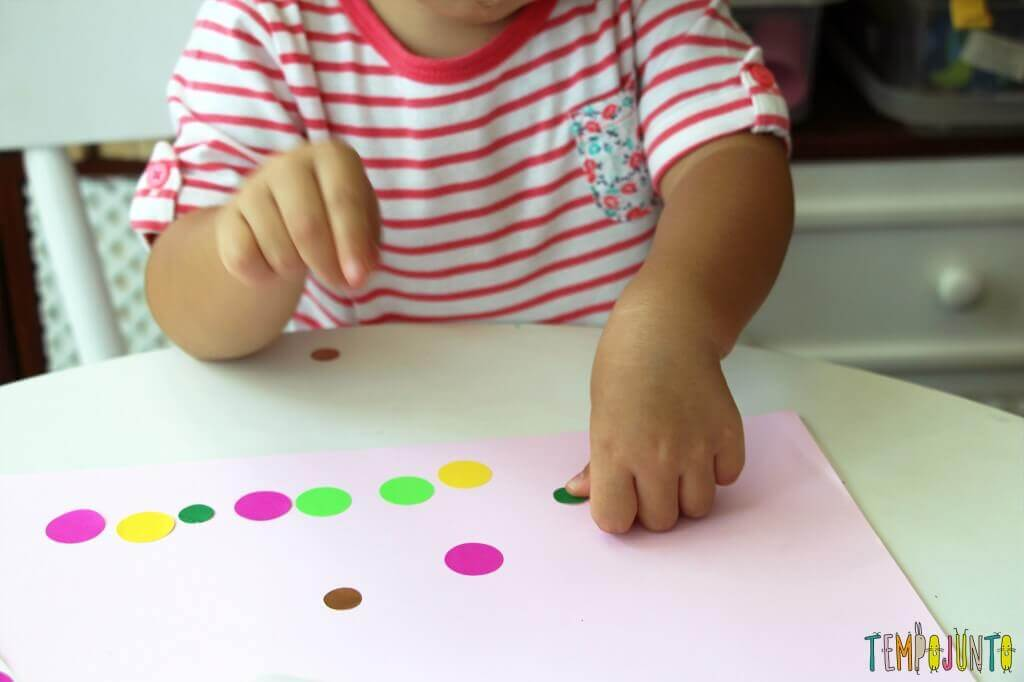 melhores atividades de artes para crianças de 2 a 3 anos adesivo de bolinhas